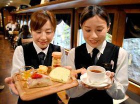 ブレンドした紅茶と多彩なスイーツが楽しめる「アフタヌーンティーコース」(くろまつ号内)