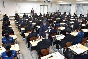 大学入試センター試験の開始を待つ受験生=鹿児島市の鹿児島大学