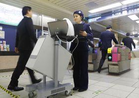 東京メトロ霞ケ関駅で行われた乗客の危険物所持を調べる検査の実証実験=3月