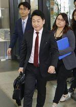 輸出規制を巡る日韓の局長級会合に向かう韓国の李浩鉉貿易政策官(手前)=16日午前、経産省