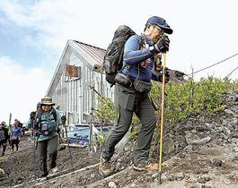 静岡県側の登山道が開通し、山頂を目指す登山者=10日午前9時半ごろ、富士宮口6合目