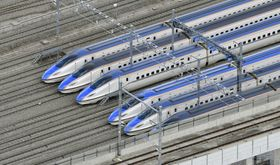 JR東日本の長野新幹線車両センターに並ぶ北陸新幹線の車両。周囲の水は引いていた=15日午前9時50分、長野市(共同通信社ヘリから)