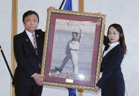 中村哲さんに県民栄誉賞が贈られ、福岡県の小川洋知事(左)から記念品を受け取る長女の秋子さん=24日午前、福岡県庁