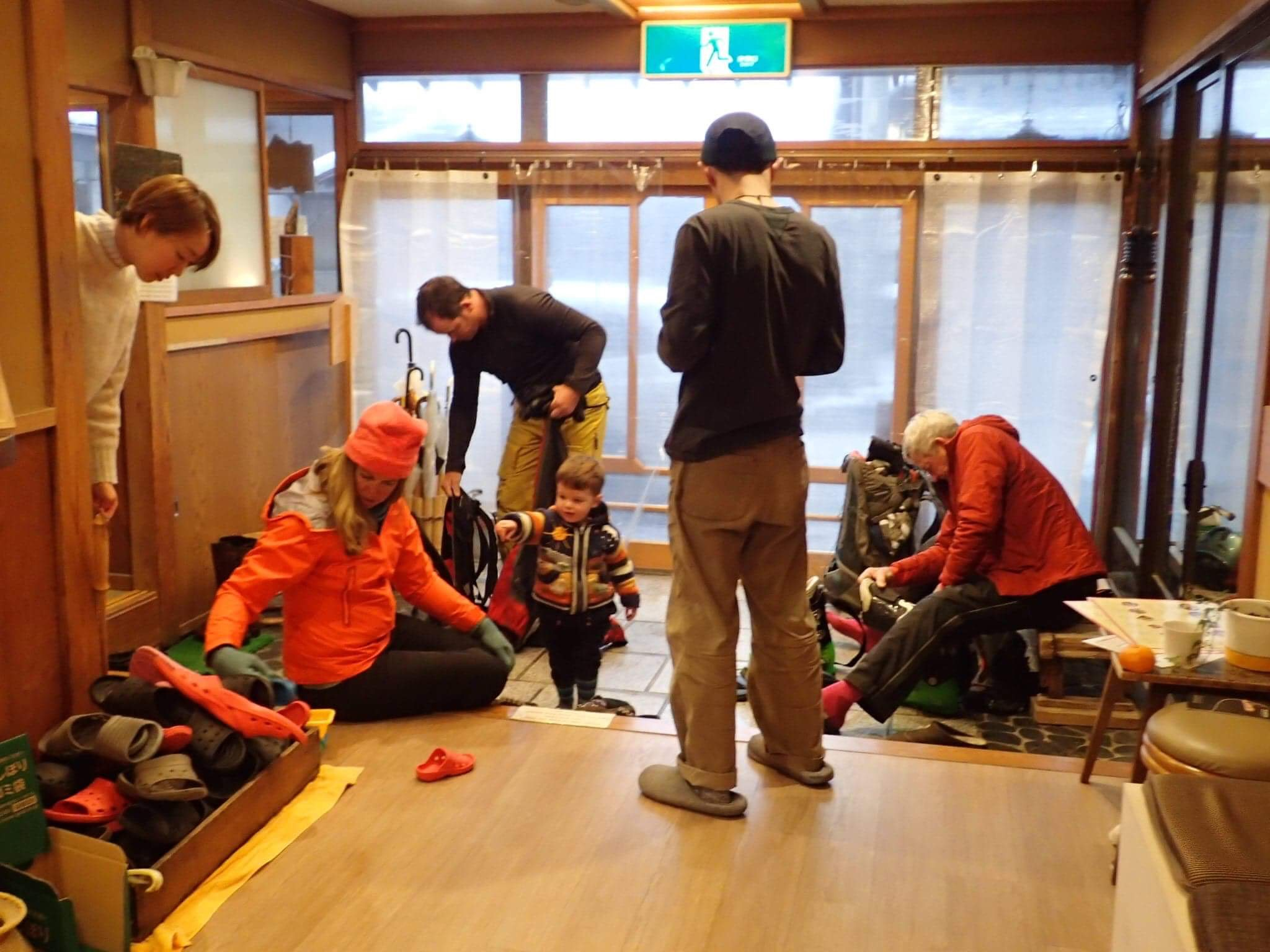 冬場のスキーシーズンの西澤さんのユースホステルは、多くの外国人客が宿泊する=2018年1月、長野県山ノ内町(WAKUWAKUやまのうち提供)