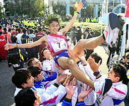悲願の初優勝を飾り、フィニッシュ後に胴上げされるアンカーの相沢=広島市・平和記念公園前