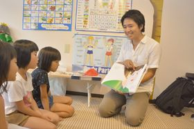 子どもたちに楽しく英語を教える中村堅治さん(佐川町のチャレンジショップさかわ)