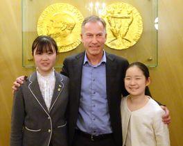 ノーベル賞委員会のニョルスタッド事務局長を囲む中村涼香さん(左)と船井木奈美さん=14日、ノルウェー・オスロ