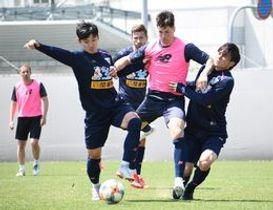 松本山雅FC戦で活躍が期待されるFWトーレス(中央)。15日の練習では高いキープ力を見せた=鳥栖市北部グラウンド