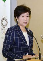 定例記者会見で豊洲市場の移転問題に関する質問に答える東京都の小池百合子知事=19日午後、都庁