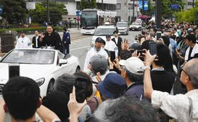 優勝記念パレードで朝乃山関を見ようと集まった大勢の人たち=富山市で