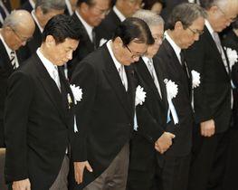 殉職者の慰霊祭で、黙とうする山本国家公安委員長(前列左から2人目)ら=18日午後、東京都千代田区(代表撮影)