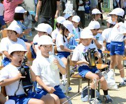 運動会で小まめに水分補給する児童=25日午後1時25分ごろ、福島市・桜の聖母学院小
