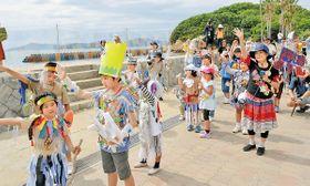 八百万の神に扮した世田谷シルクと地元小中学生らによるパフォーマンス=坂出市沙弥島