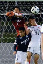 【鹿児島U-盛岡】前半終了間際、体を張ってゴールを守る山岡(1)と平出(5)=白波スタジアム