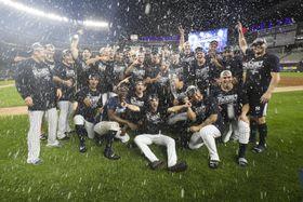 19日のエンゼルス戦で地区優勝を決め、記念写真におさまるヤンキースの選手たち=ニューヨーク(AP=共同)