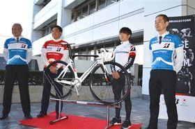 市役所で展示する競技用自転車をお披露目した平塚選手(右から2人目)ら=沼津市役所
