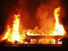 民家など5棟を焼いた火災現場=4日午前3時8分、土岐市泉町定林寺
