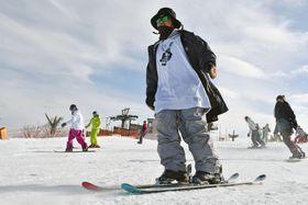 今季の営業を始めた日本最南端のスキー場「五ケ瀬ハイランドスキー場」で滑りを楽しむスキーヤー=15日午前、宮崎県五ケ瀬町