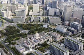 国会議事堂(中央手前)と霞が関の官庁街(後方)