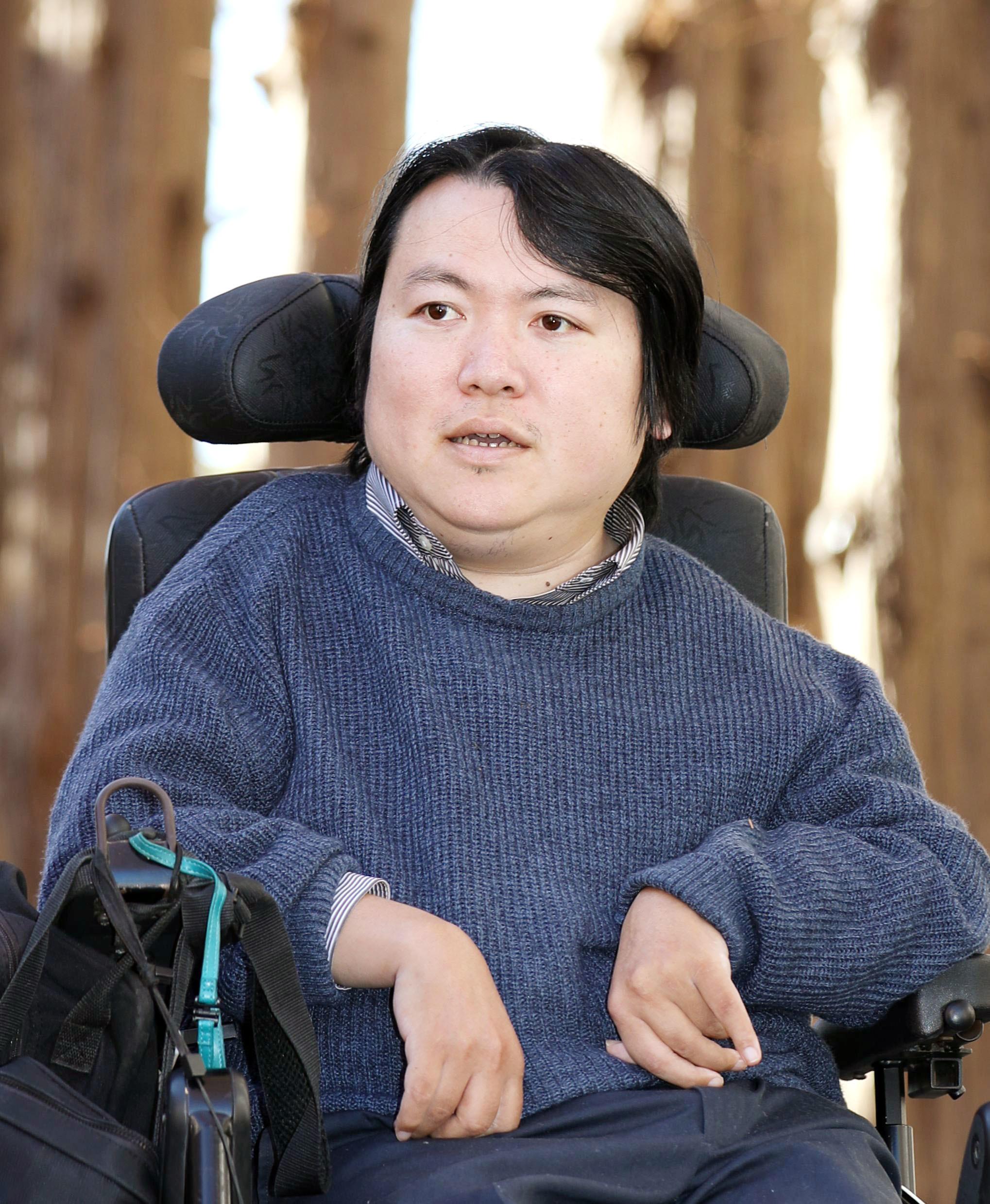 2017年12月26日、東京・駒場の東大駒場リサーチキャンパスで撮影  障害者と能力社会について答える東大准教授で医師の熊谷晋一郎