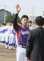 【開会式で選手宣誓する皇學館大の小林大悟主将=津球場で】