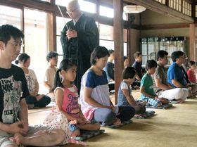 座禅を体験する参加者たち(2013年8月撮影、京都市北区・大徳寺塔頭大仙院)