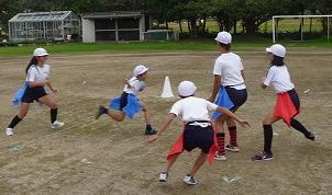 小学校の体育の授業でフラッグに取り組む子どもたち=写真提供:日本フラッグフットボール協会