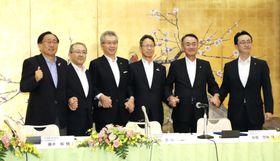 送配電のトラブルに関する問い合わせセンターを設置する協定を結び、握手する青森県の三村申吾知事(左端)、関西電力の岩根茂樹社長(右から3番目)ら=23日午前、青森市