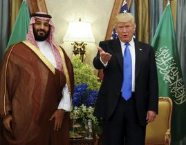 サウジアラビアの首都リヤドでムハンマド皇太子(左)と面会するトランプ米大統領=2017年5月(ロイター=共同)