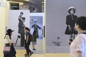 北京市内のギャラリーで始まった故植田正治氏の写真展=23日(共同)
