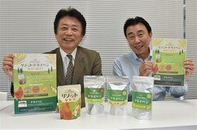 飯塚産の農産物を使ったリゾットとドライベジをPRする飯塚観光協会の職員