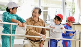 梅田さん(左から2人目)と校舎を清掃する児童=小高区4小学校