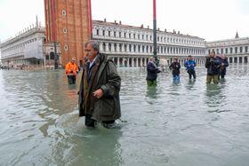 13日、イタリア北部ベネチアでサンマルコ広場を歩く市長(ロイター=共同)
