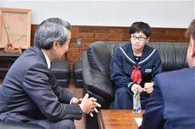 全日本中学生女子相撲大会の準優勝を津谷市長に報告する津谷奏夏さん(右)