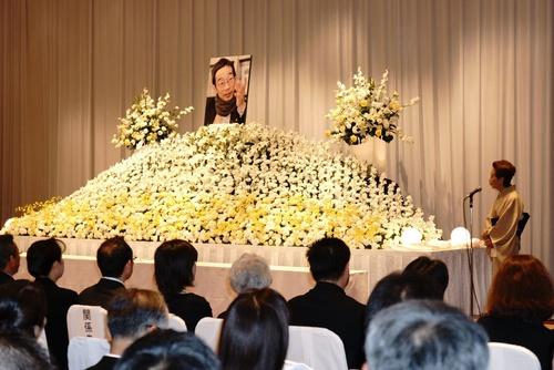 「同志は倒れたが、最後の最後まで闘った。主権者は誰だと訴え続けた。見事だった」。東京都内で開かれた「日隅一雄さんを偲(しの)ぶ会」で、遺影に向かって話し掛ける作家の沢地久枝さん=2012年7月22日(小峰晃さん提供)