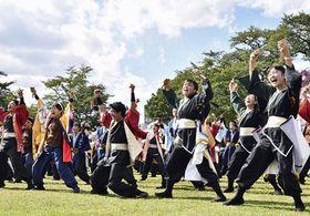 地元の北里大など4大学による特別企画「160人演舞」=市中央公園緑地