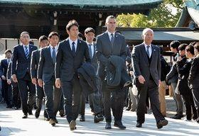 佐嘉神社で必勝祈願を行った鳥栖のカレーラス監督(前列中央)