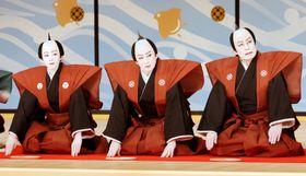襲名披露で口上を述べる(右から)二代目松本白鸚さん、十代目松本幸四郎さん、八代目市川染五郎さん=2日、東京・歌舞伎座(代表撮影)