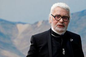 パリでのファッションショーの最後に姿を見せたラガーフェルド氏=2018年10月2日(ロイター=共同)
