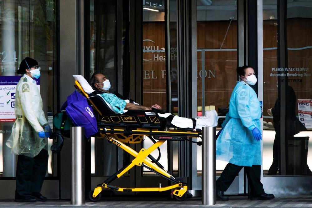 米ニューヨークの病院で患者を搬送する医療従事者(ロイター=共同)