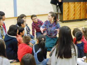"""今年5月に""""母校""""であるチューリヒ日本人学校を訪れた春香クリスティーン=同校提供"""