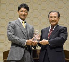 関学大学長賞を受賞した阪神の近本(左)=12日、兵庫県西宮市