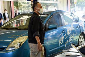 実験で後部座席の蒸気が運転席側に流れ込む状況を再現する浅川准教授