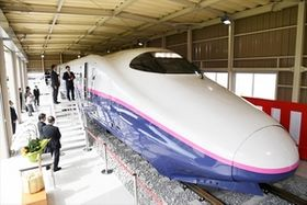 E2系新幹線先頭車両を一般公開 宇都宮、三和テッキ事業所で披露式