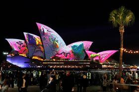 「ビビッド・シドニー」でライトアップされた観光名所のオペラハウス=25日、シドニー(ロイター=共同)