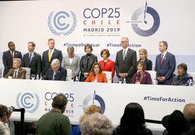 COP25の会場で開かれたペロシ米下院議長(前列中央)らの記者会見=2日、マドリード(共同)