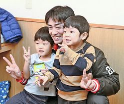 子どもたちと記念撮影に納まる和田毅投手(中央)