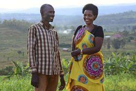 右手を切断した実行犯のエマニュエルさん(左)と笑みを浮かべて話すアリスさん=4月、ルワンダ・ニャマタ村(共同)