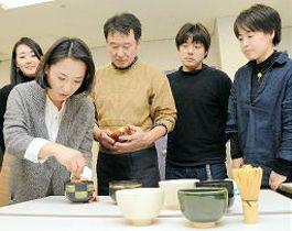 抹茶ラテをつくる河野美知社長(左)ら