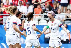 サッカー女子W杯フランス大会 PKを決め、喜ぶ米国のラピノー(右端)=24日、ランス(ゲッティ=共同)